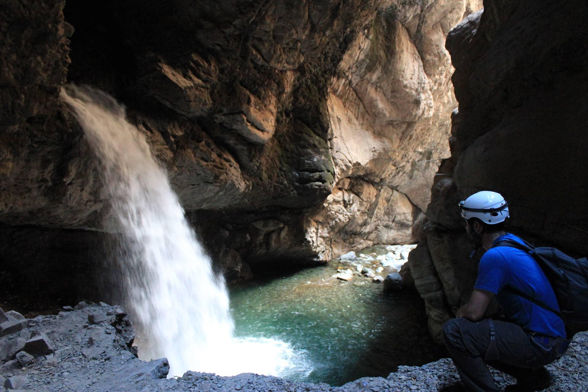 Peru cascada cueva